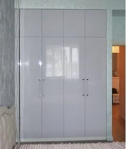 Встроенный шкаф распашной с белыми дверями